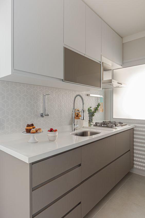 Casas pequenas com cozinha com armários brancos e marrons.