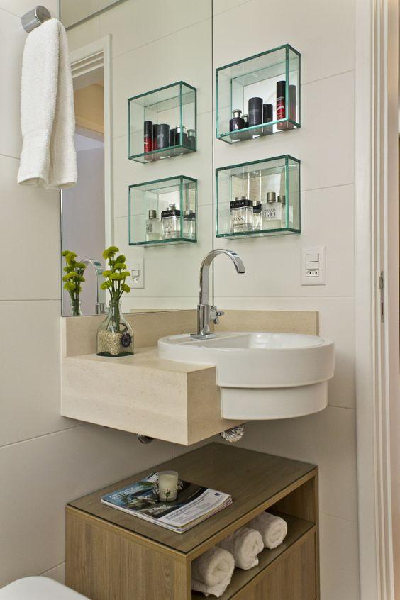 Banheiro de casas pequenas com nichos.