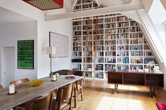 Casas pequenas com grandes nichos para livros.