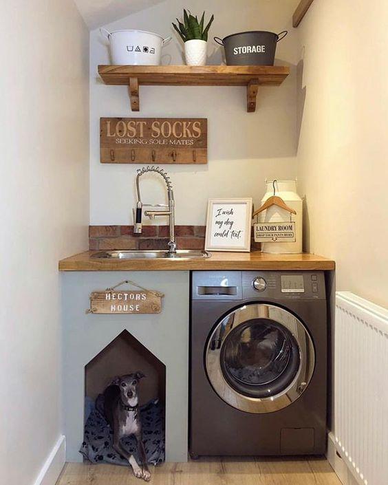 Casas pequenas com casa de cachorro na lavanderia.