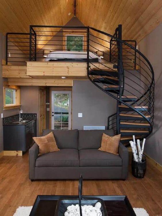 Casa pequena decorada em cinza, preto e amadeirado.