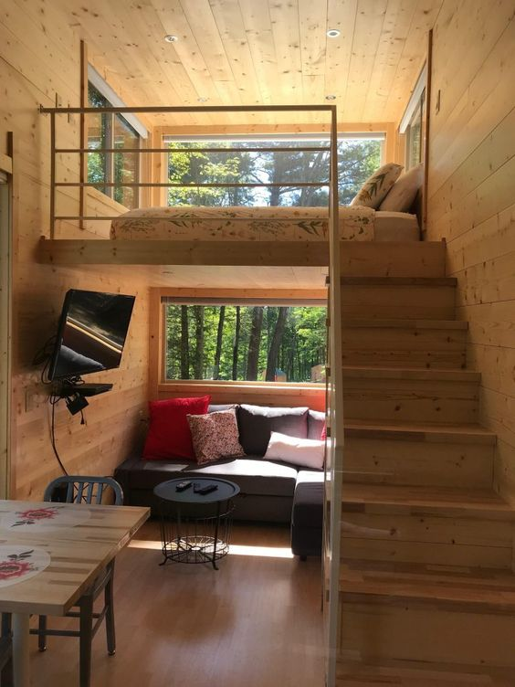 Casa pequena de madeira com mezanino.