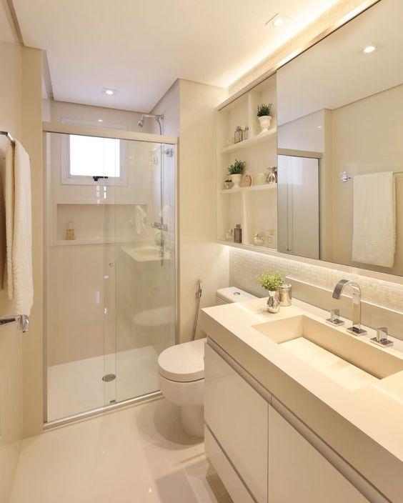 Banheiro branco com nicho e espelho.