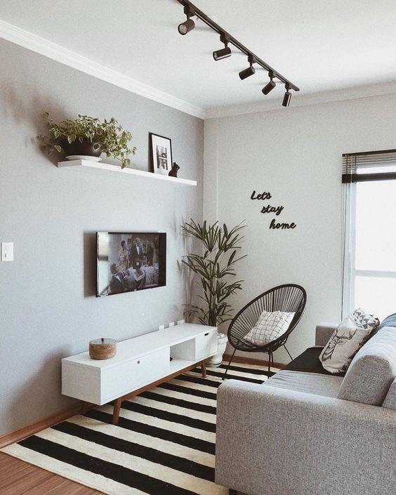 Sala pequena com tapete listrado.