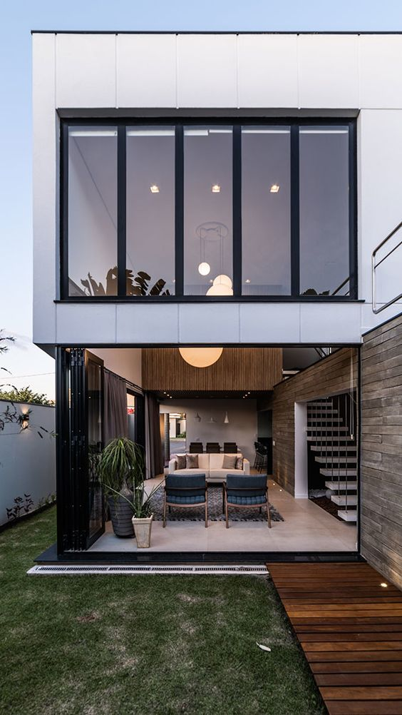 Casas pequenas com grande vidros.