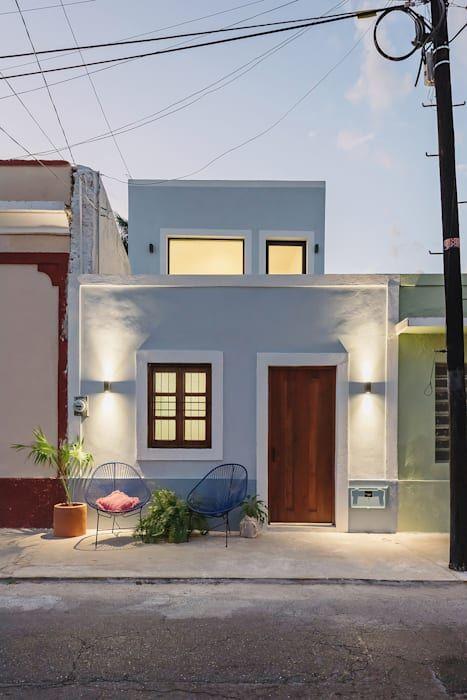 Casa simples e azul.