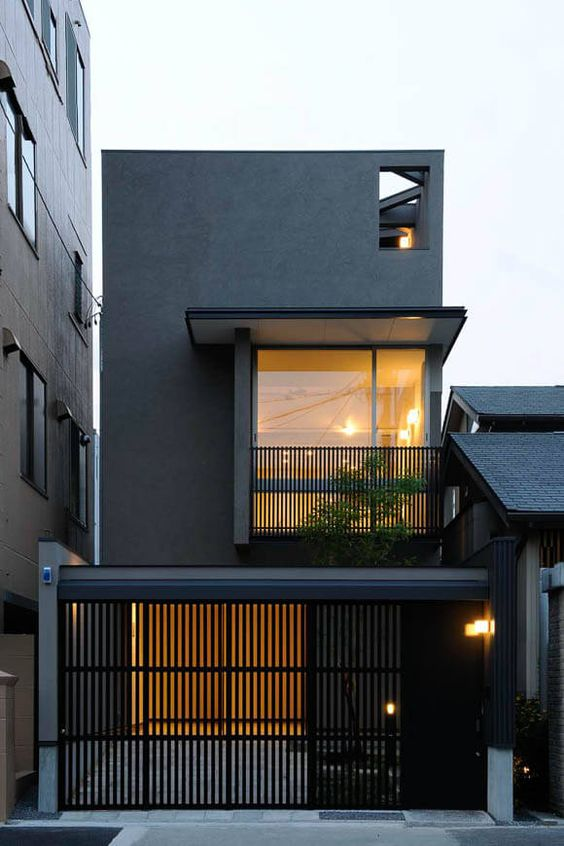 Casas pequenas escuras com varanda.