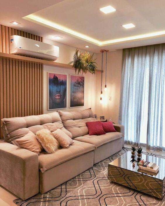 Modelo de sala clara e moderna para casas pequenas.
