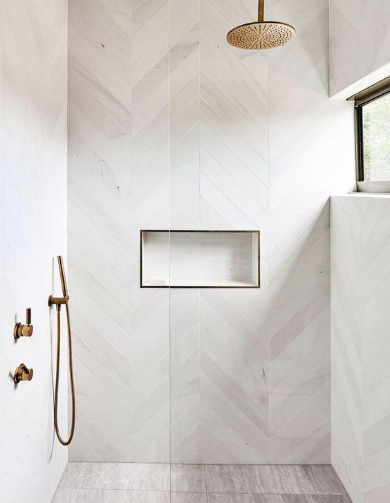Banheiro branco minimalista.