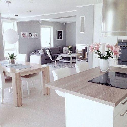Casa pequena com cozinha e salas integradas.