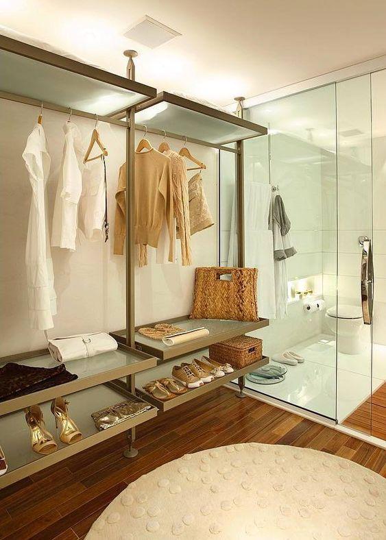 closet feito dentro do banheiro