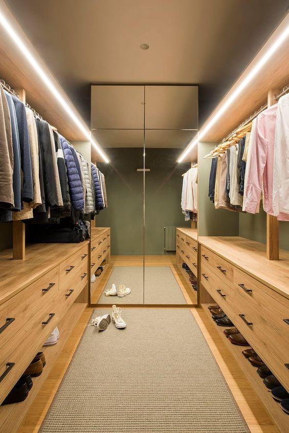 armário estreito com porta espelhada