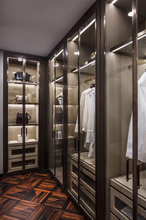 armários com portas de vidro