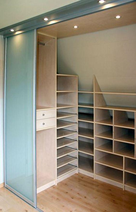 closet de madeira feito em ângulo
