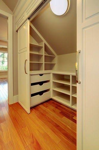 closet feito embaixo da escada