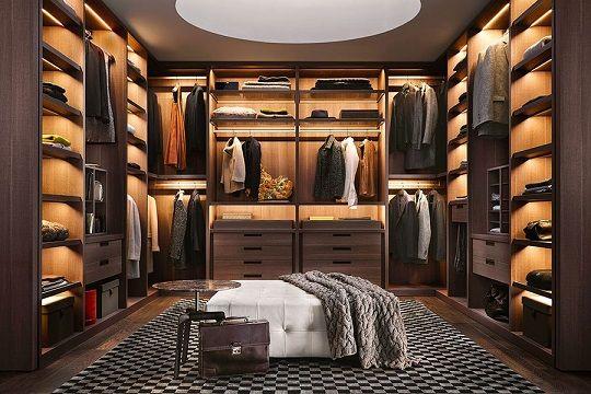 armários de madeira grande com iluminação