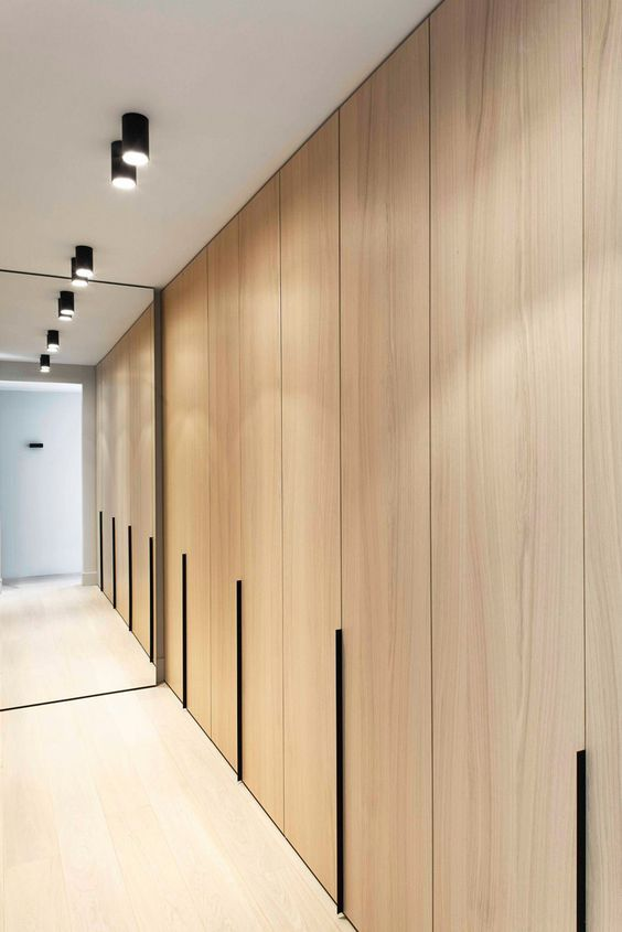 closet minimalista com portas de madeira