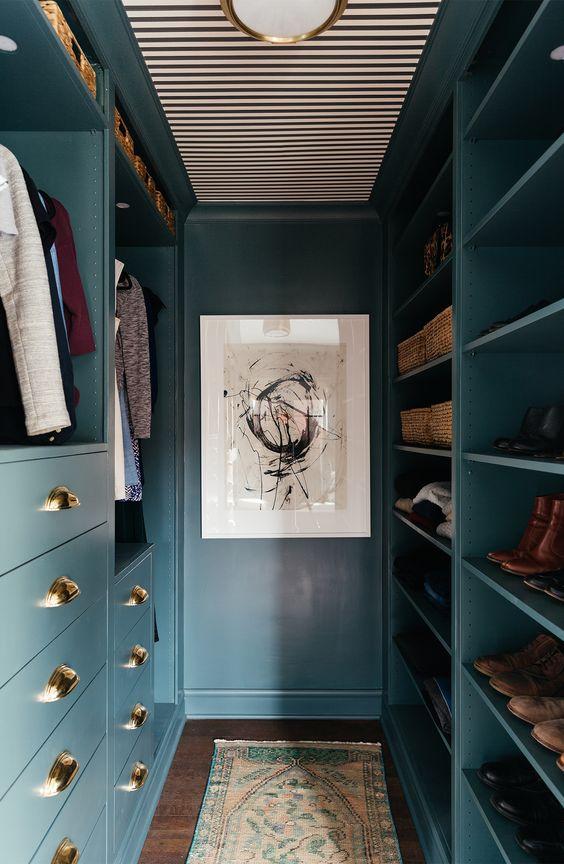 closet planejado de madeira azul