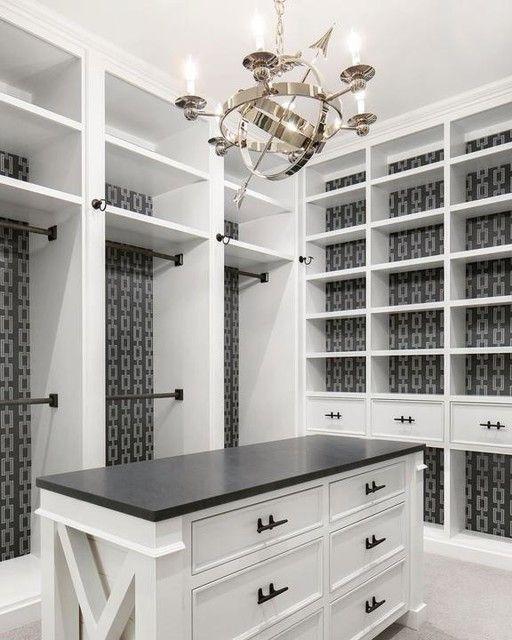 closet planejado com papel de parede ao fundo