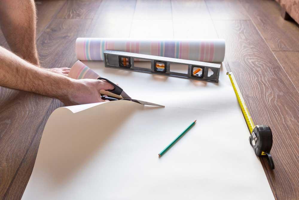 Como colocar papel de parede: cortando o papel