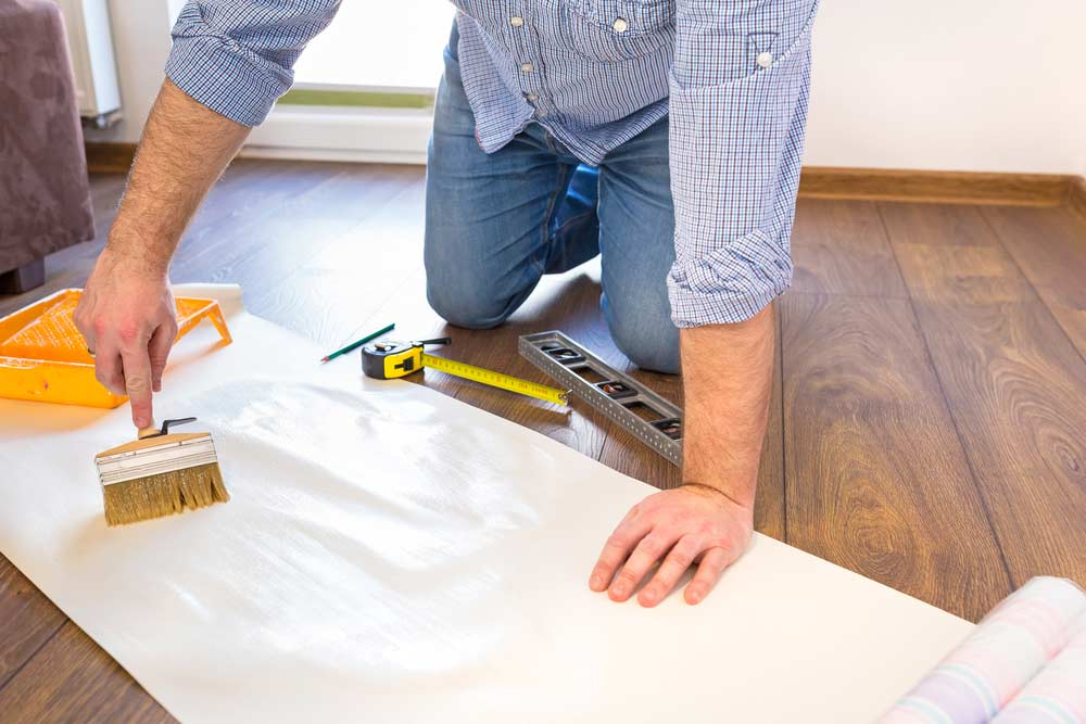 Como colocar papel de parede: passando cola no papel