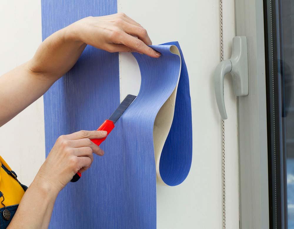 Como colocar papel de parede: corte das sobras.
