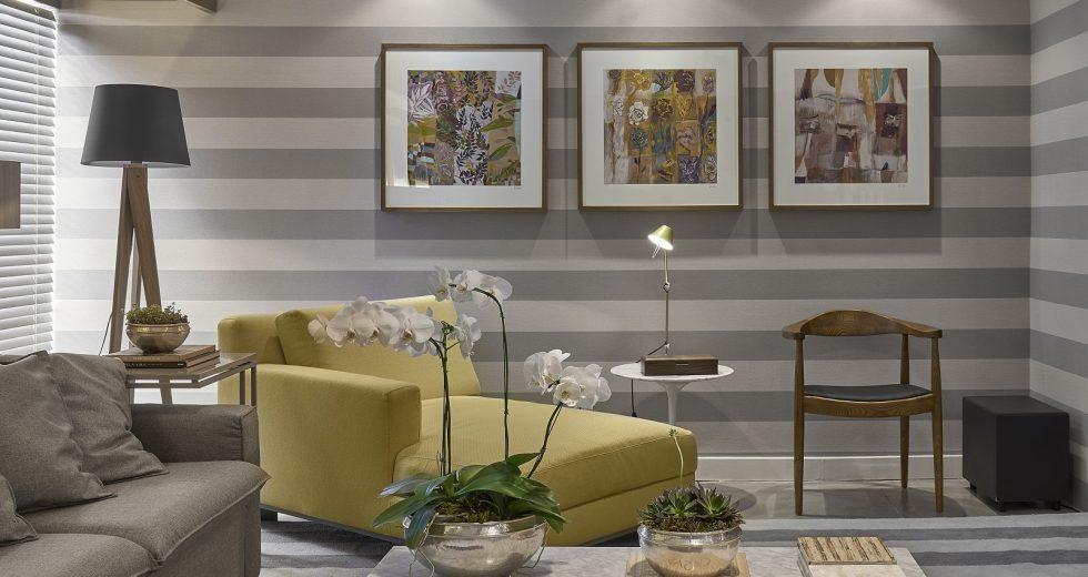 Sala planejada com papel de parede com listras horizontais.