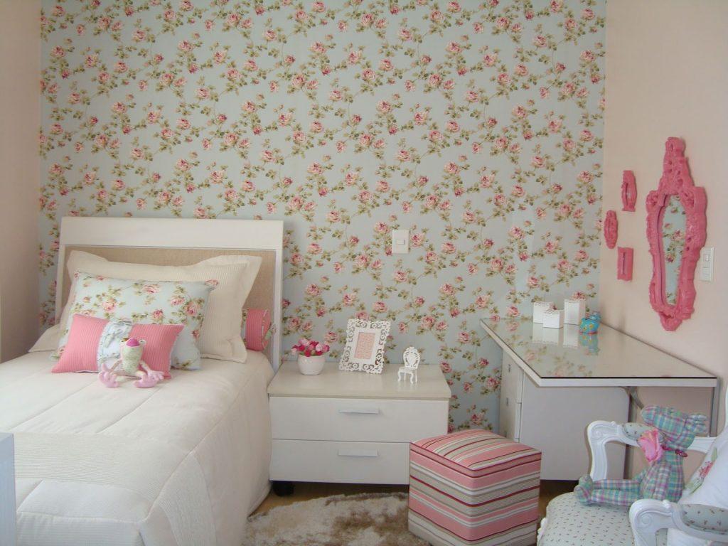 Quarto infantil simples com papel de parede floral.
