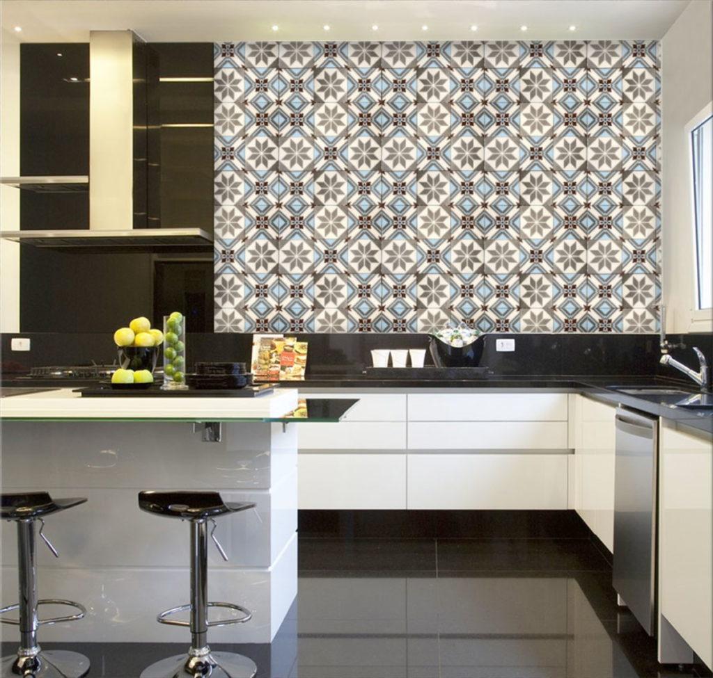 Cozinha planejada com papel de parede de azulejo português.