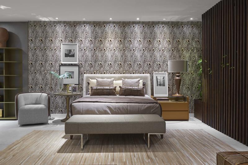 Quarto planejado luxuoso com papel de parede com estampa de pena de pavão.