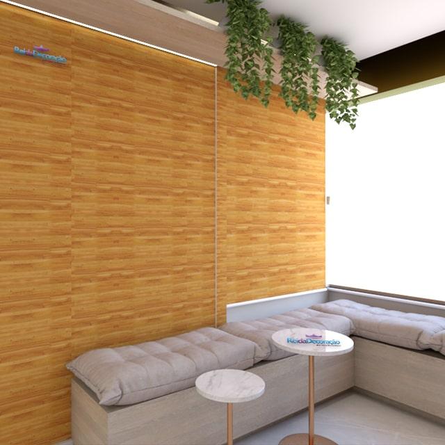 Decoração com papel de parede que imita a madeira.