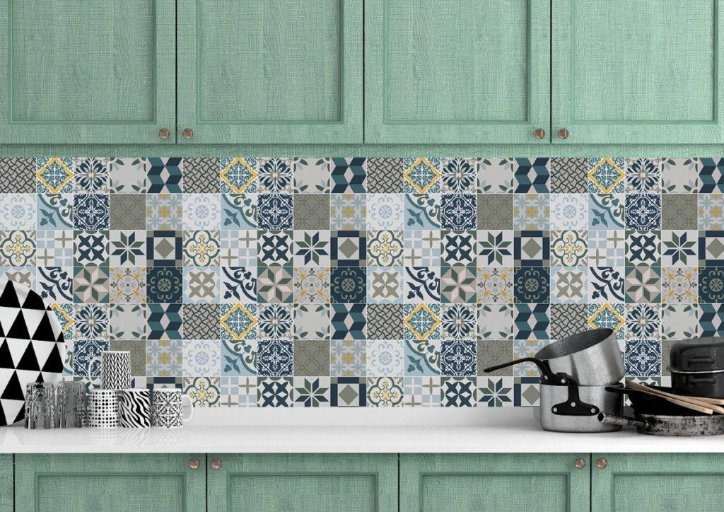 Cozinha decorada com papel de parede que imita azulejo português.