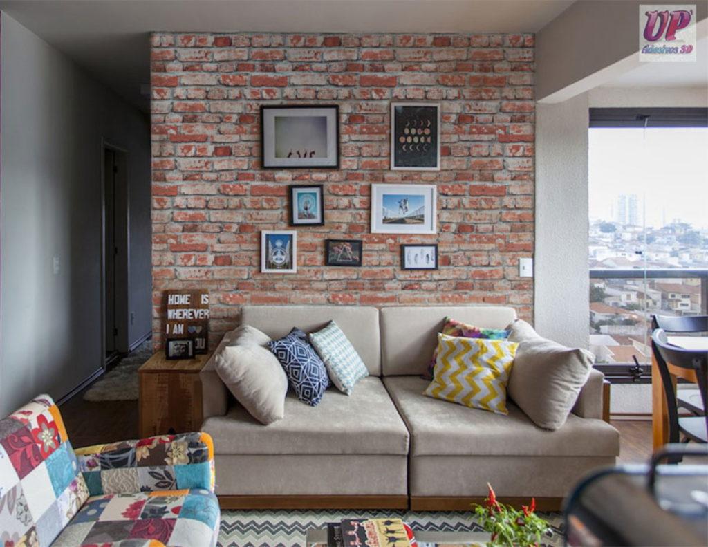Sala decorada com papel de parede de tijolinho.