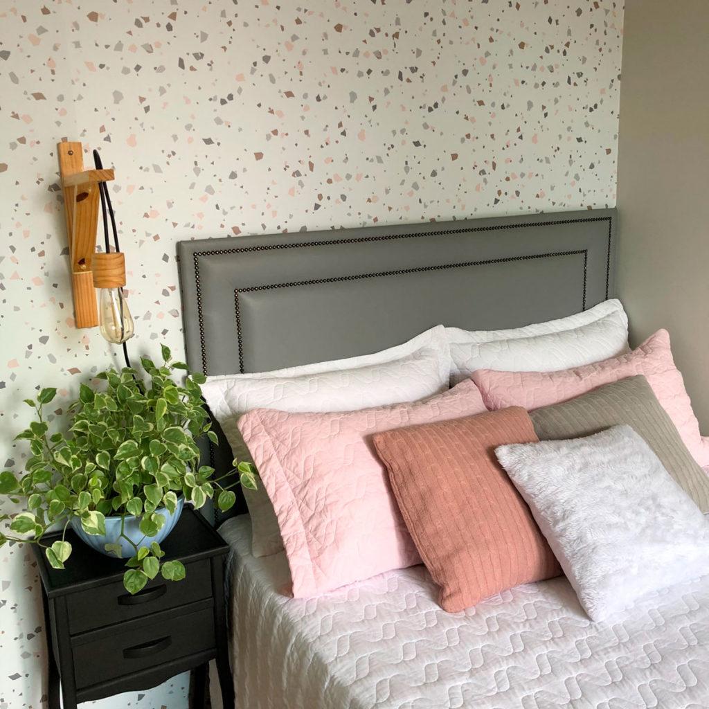 Quarto tumblr decorado com papel de parede e vaso de planta.