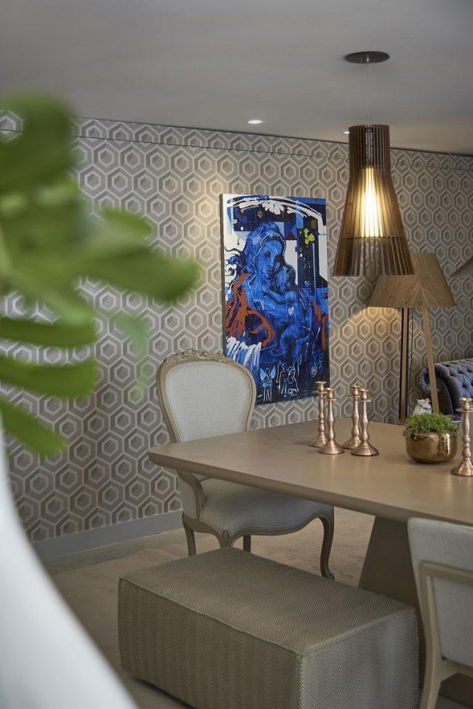 Sala de jantar com papel de parede geométrico.