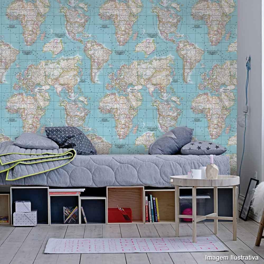 Quarto de solteiro com papel de parede de mapa mundi.