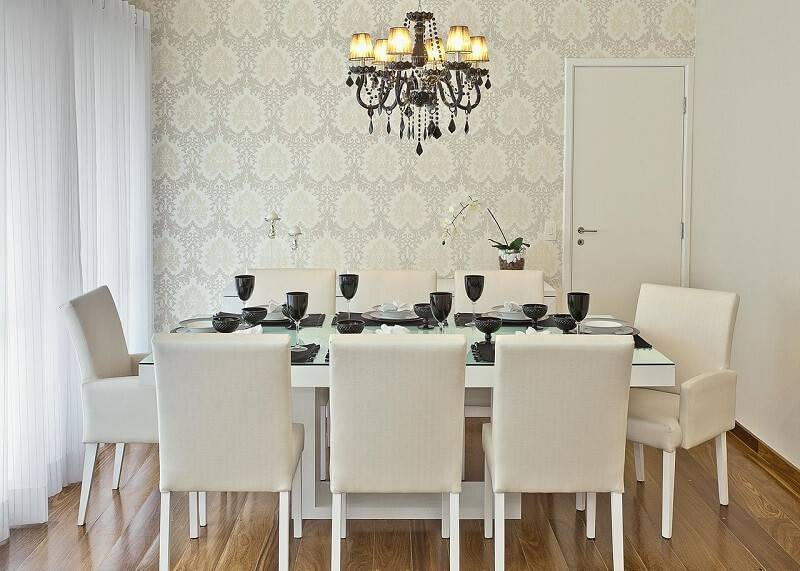 Sala de jantar com lustre luxuoso.