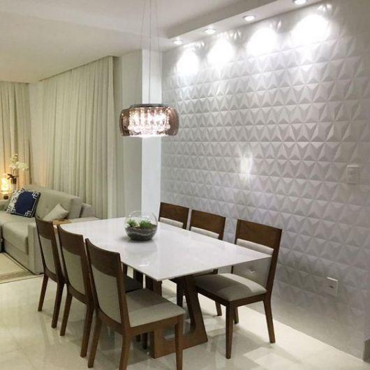 Sala de jantar com papel de parede 3D.