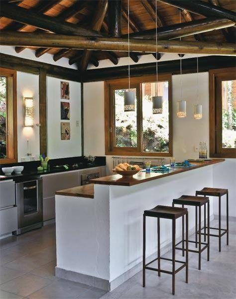 cozinha americana com teto de madeira