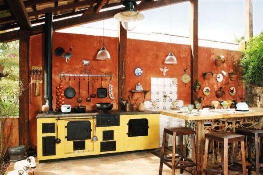 cozinha com fogão a lenha amarelo ferro
