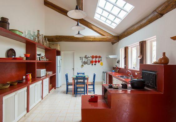 cozinha com forno e fogão vermelho