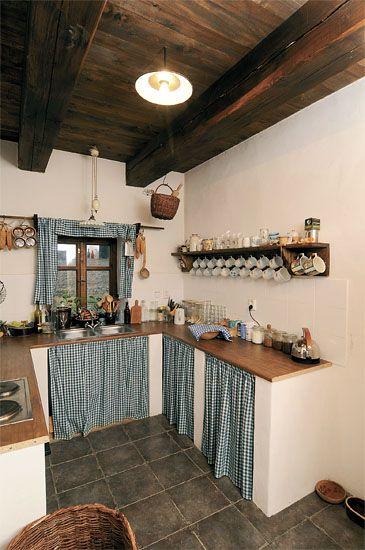 Cozinha com teto de madeira
