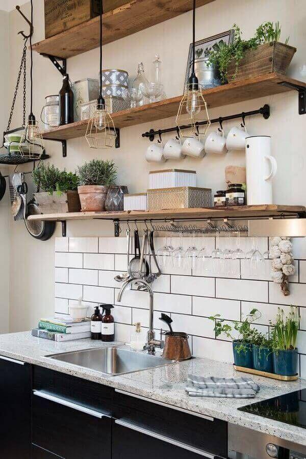 cozinha rústica com prateleiras de madeira