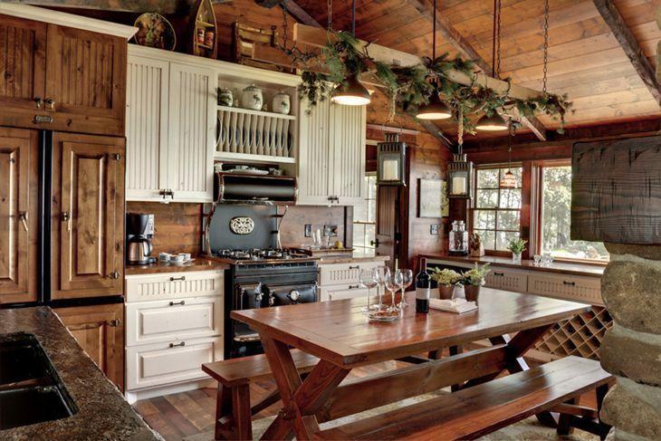 armários branco e teto de forro de madeira