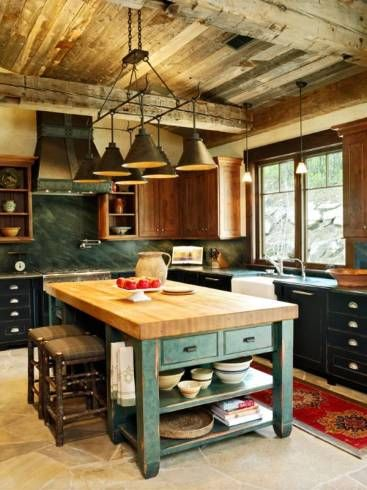 cozinha rústica com mesa de madeira