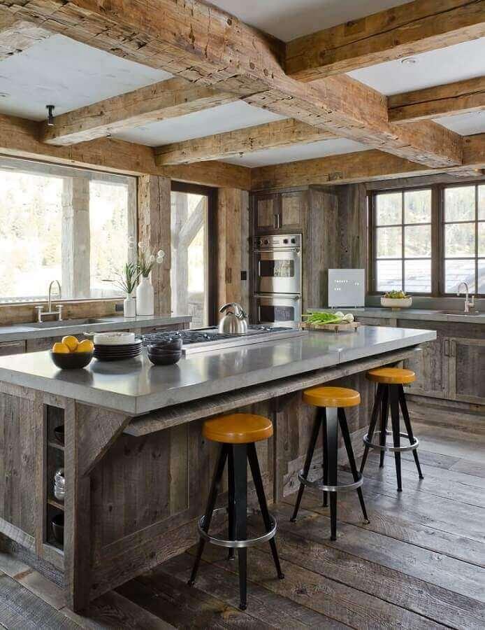 cozinha moderna com teto de vigas