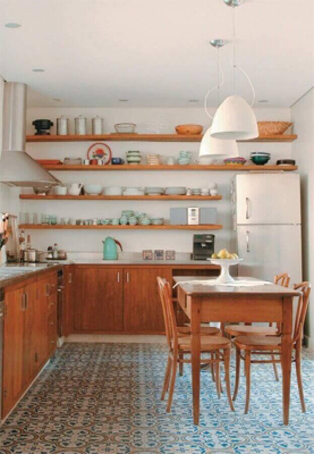 cozinha rústica simples com prateleiras de madeira