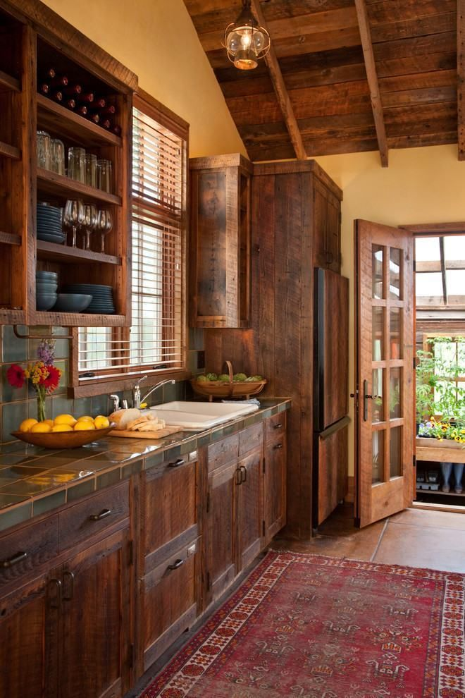 cozinha rústica com madeira escura