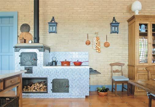 cozinha com fogão a lenha e forno
