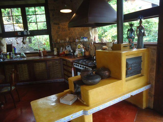 cozinha com forno a lenha amarelo